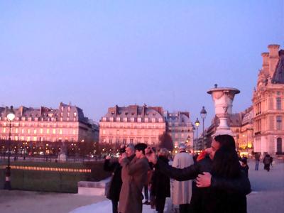 公園の右手側に見える建物のガラスに、 夕日が反射して赤く染まっています。