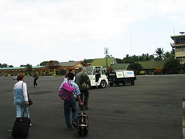 山下マヌーの マヌー式地球の遊び方-飛行機を降りると…