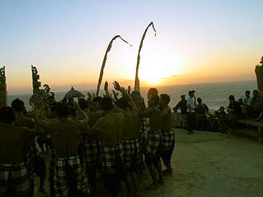 山下マヌーの マヌー式地球の遊び方-ウルワツ寺院と夕陽を背景にケチャ