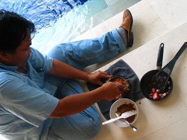 山下マヌーの マヌー式地球の遊び方-サンバル作り風景